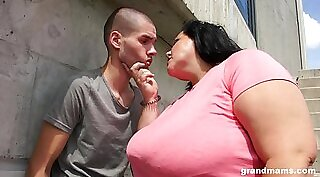 Chubby hottie gives blowjob and gets her pussy licked outdoors